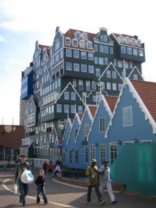 Hämmentävää arkkitehtuuria Zaandamissa